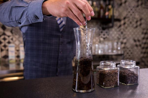 cách hãm trà đen bằng nước nóng