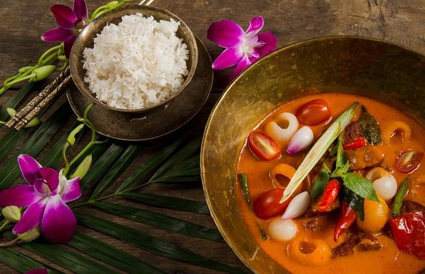 Cà ri đỏ với cơm dừa