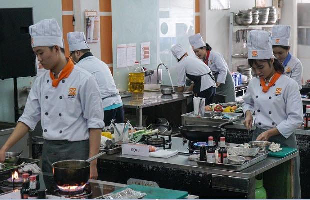 Các đội thi thực hiện món ăn