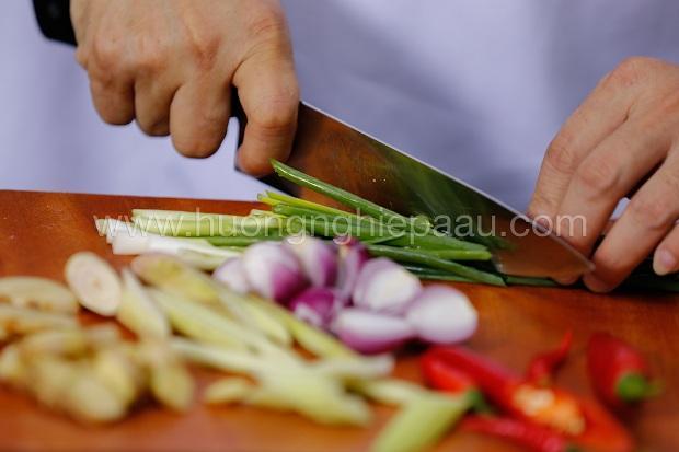 cắt nhỏ rau củ nấu lẩu dê