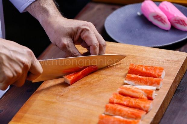 cắt surimi thành miếng nhỏ