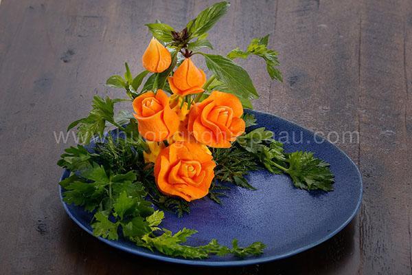 cắt tỉa cà rốt hình hoa hồng trang trí món ăn