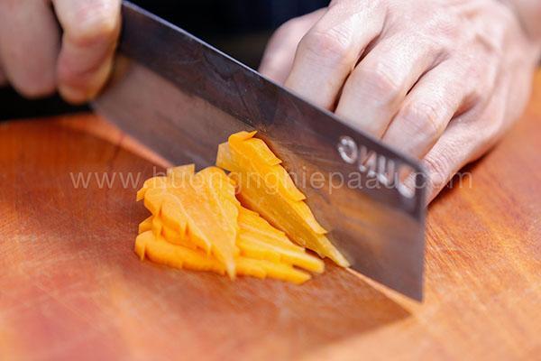 cắt tỉa cà rốt hình lá