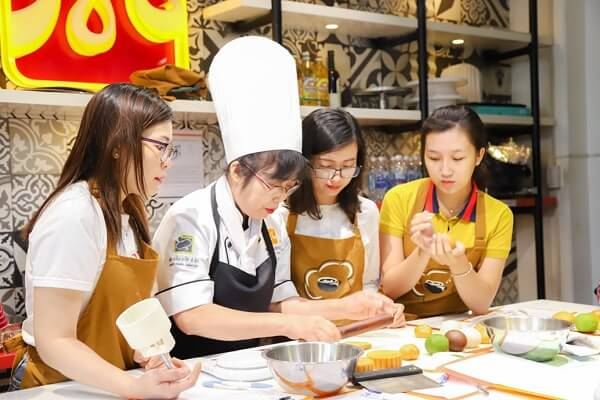 Giảng viên hướng dẫn cách tạo hình bánh