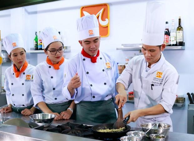 học nghề đầu bếp ngắn hạn dễ kiếm việc làm