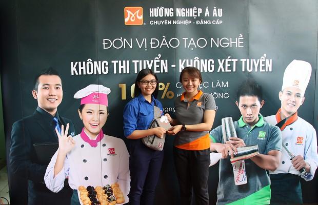 Học sinh tham gia giao lưu nhận quà
