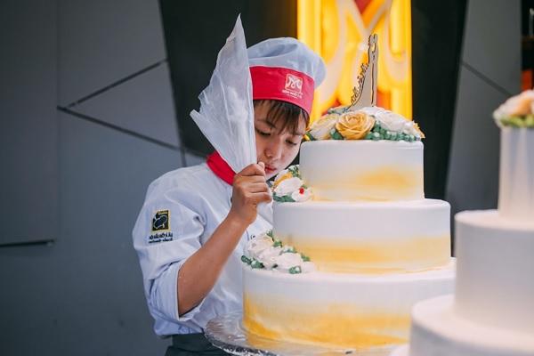 Học viên được thực hành trên bánh