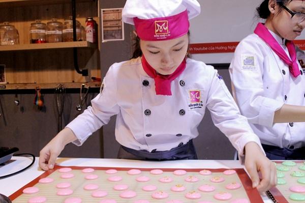 học viên học nghề làm bánh