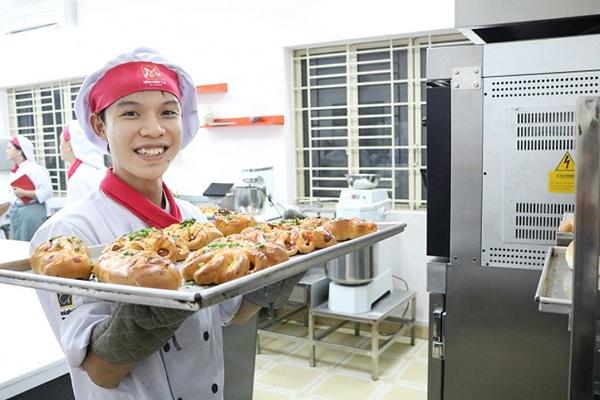 Học viên thực hành làm bánh mì