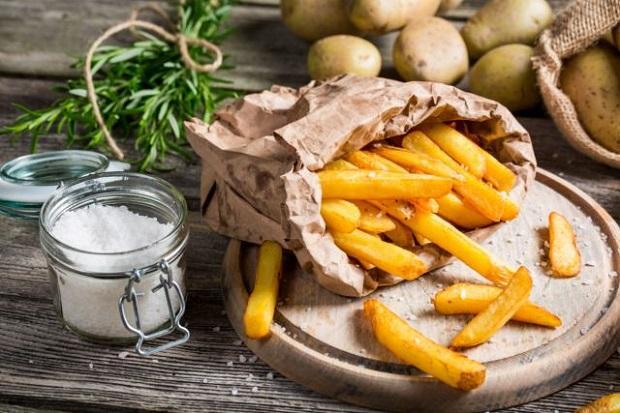 Cắt miếng khoai tây lượn sóng khi chiên để khoai tây chiên giòn hơn