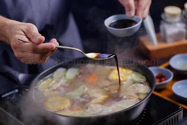 nêm nước tương vào lẩu mì udon