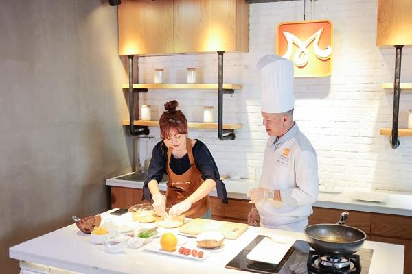 Ribi Sachi thực hiện nấu ăn