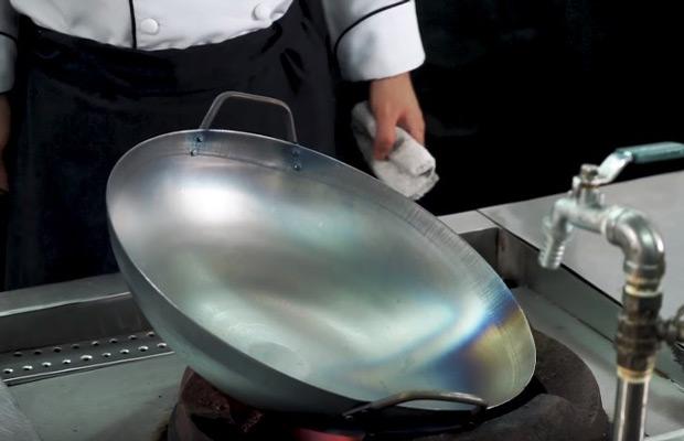 Đốt chảo trên bếp khè