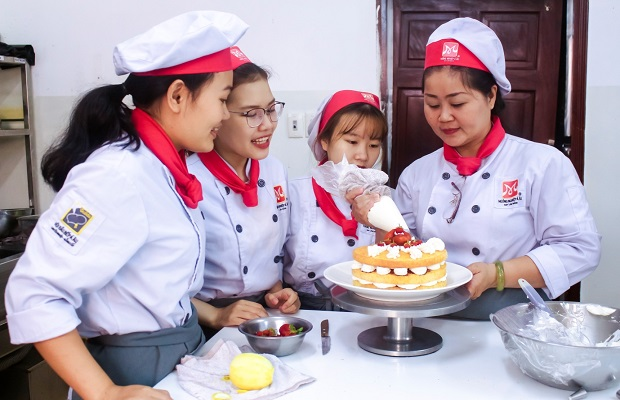 học viên vui vẻ làm bánh