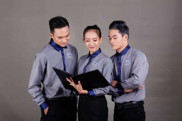 3 học viên đang cùng nhau xem điểm