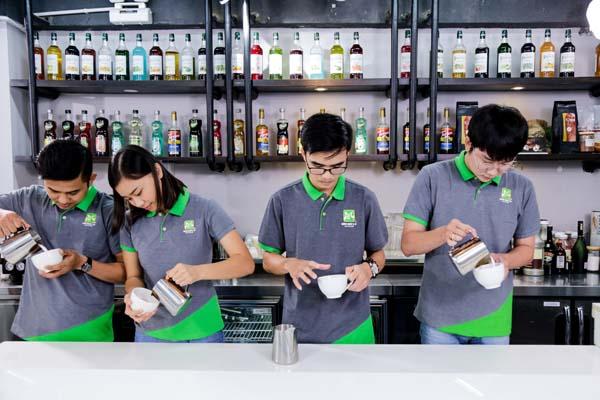 học viên pha chế cafe