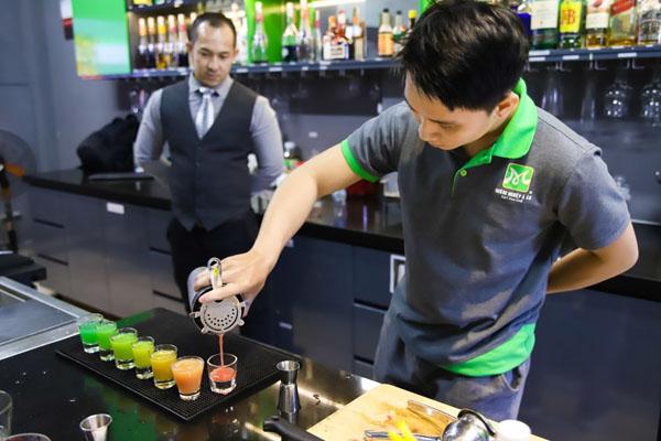 học viên bartender thực hành tại lớp học