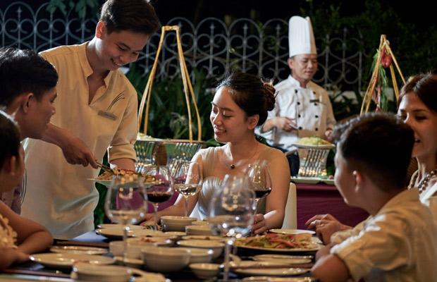 nhân viên phục vụ nhà hàng bám sát quy trình thao tác chuẩn