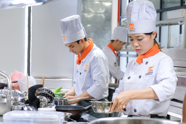 buổi học nấu ăn chuyên nghiệp Hướng Nghiệp Á Âu Hà Nội