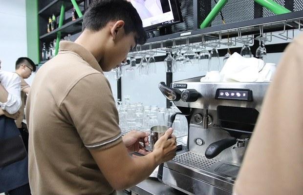 giảng viên hướng dẫn sinh viên sử dụng máy
