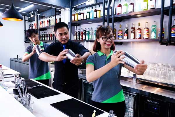 giảng viên hướng dẫn kỹ thuật bartender