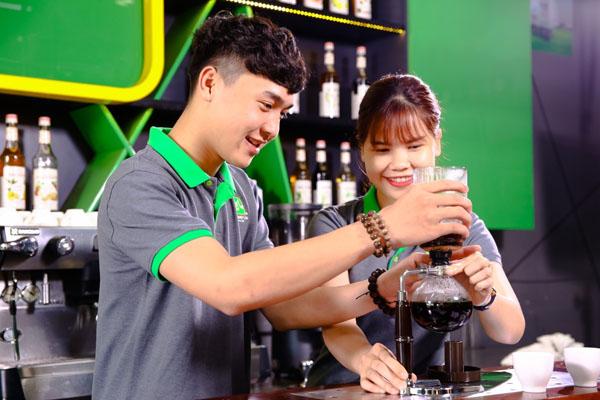 học viên thực hành lớp barista