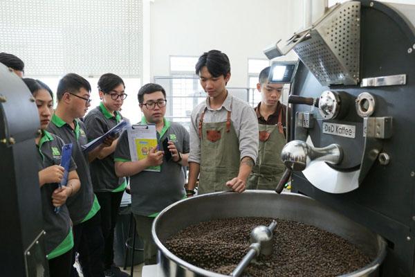 học viên tham quan nhà máy cà phê