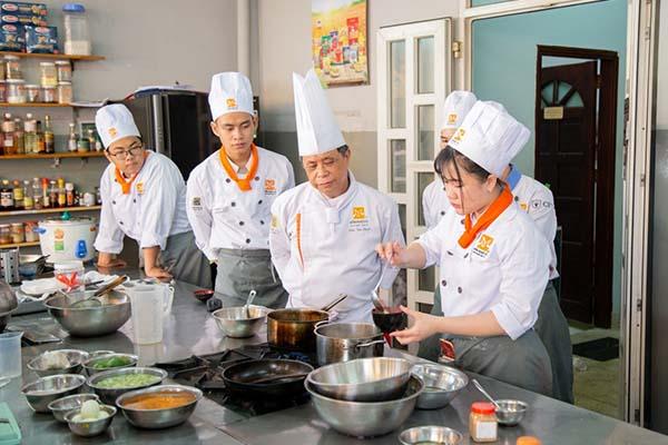 học viên thực hành nấu súp miso