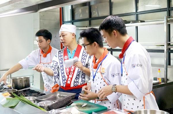 Chef hướng dẫn làm món ăn