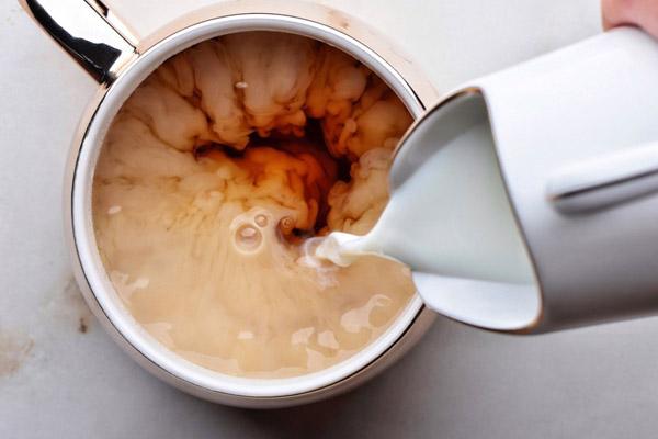 cho sữa tươi pha cùng với trà