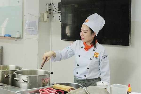 học viên tập trung thực hiện chế biến món ăn