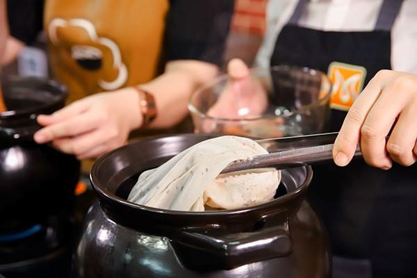 ủ trà trong túi vải