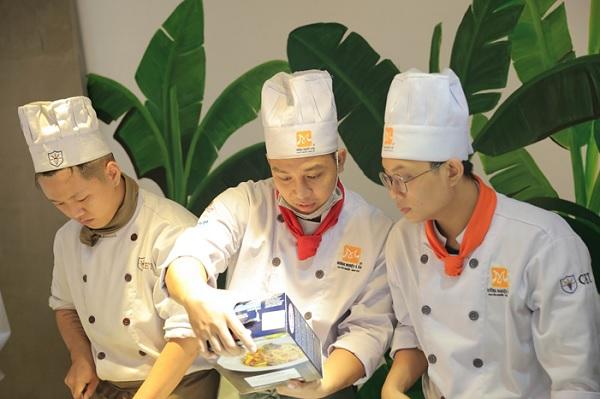 Học viên cùng nhau trổ tài làm món mì Ý Tagliatelle