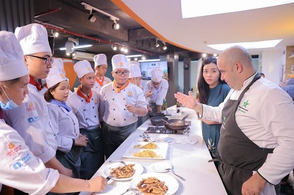 học viên thưởng thức món ăn từ Chef Frank Sempere