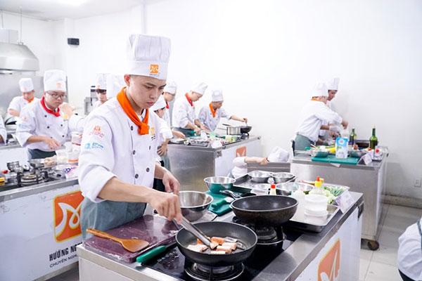 học viên tại đà nẵng hăng hái say mê chế biến món ăn