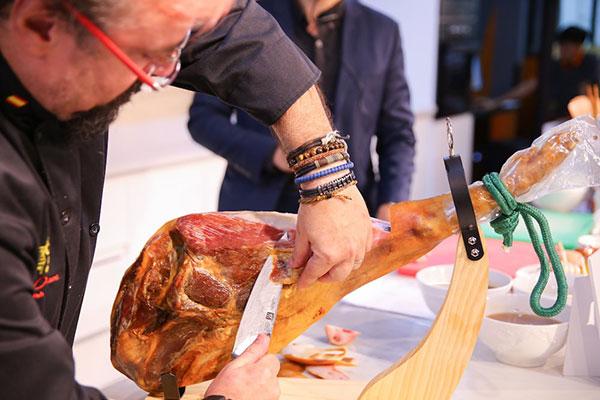 khách tham dự được thưởng thức tài nghệ từ chính bếp trưởng